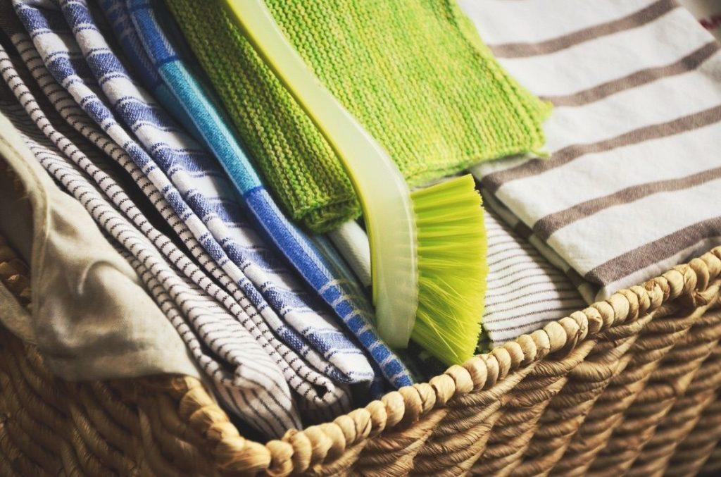 Eine Spülbürste zum Ausbürsten von Hundehaare aus Teppich oder Couch.